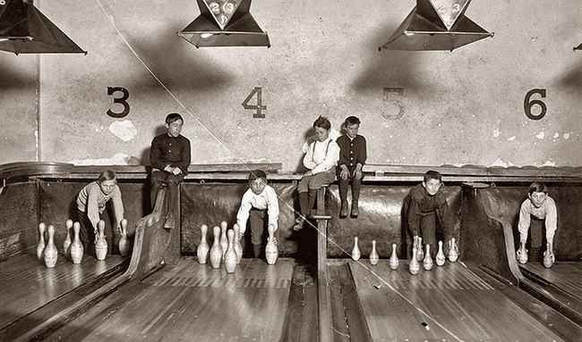18.-Before-automatic-pinsetters-were-invented-pin-boys-worked-to-manually-line-them-up.-1914